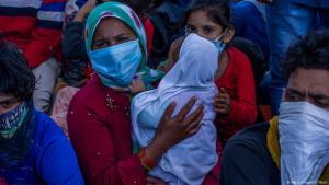 بلا عمل ولا طعام ولا مأوى - وَضَعَ حظر التجول بسبب وباء كورونا في الهند الكثير من العمال المتنقلين في حالة صعبة.  Foto: Getty Images/Y. Nazir