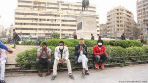 Männer tragen Schutzmasken gegen das Coronavirus in Kairo; Foto: picture-alliance/Nur Photo/I.Safwat
