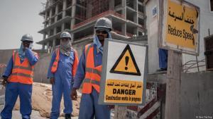 عمال نيباليون في أحد مواقع البناء في قطر. Foto: Sam Tarling/DW
