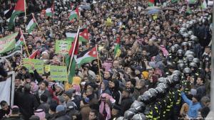 احتجاجات في العاصمة الأردنية عمان ضد صفقة القرن - ضد خطة الرئيس الأمريكي دونالد ترامب للشرق الأوسط.  Foto: AP/Raad Adayleh