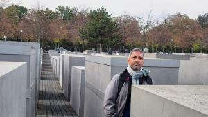الكاتب الهندي رحمان عباس عند النصب التذكاري للهولوكوست في برلين - ألمانيا. (photo: private)