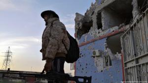 مقاتل من القوات الحكومية الليبية المدعومة من الأمم المتحدة في جنوب العاصمة طرابلس. (photo: picture-alliance/Xinhua/H. Turkia)