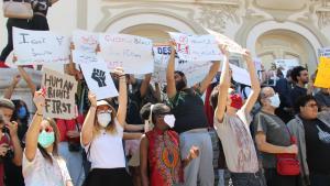 متظاهرون يشاركون في مظاهرة مناهضة للعنصرية في تونس في تاريخ 06 / 06 / 2020. (photo: Alessandra Bajec)