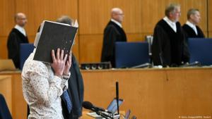 العراقي طه أ. البالغ من العمر 27 عاماً متهم في قاعة المحكمة بقتل جماعي وجرائم ضد الإنسانية وجرائم حرب شنيعة - ألمانيا.  (photo: Getty Images/AFP/A. Dedert)