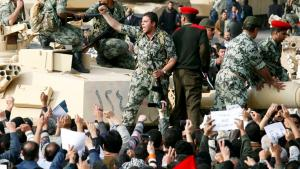 تهليل للعسكر خلال انتفاضة ضد نظام مبارك في القاهرة عام 2011 - مصر. Foto: Reuters