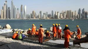 عمال أجانب خلال إقامة إحدى الجزر الصناعية في دبي