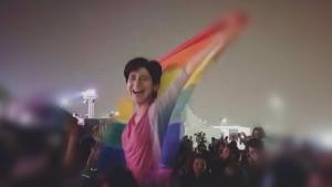 سارة حجازي ناشطة مثلية مصرية عمرها ثلاثون سنة. اشتهرت بعدما رفعت علم المثلية في حفل موسيقي غنائي لفرقة إيندي اللبنانية مشروع ليلى في عام 2017 في القاهرة.  (source: Twitter/Seamus Malekafzali)