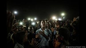 """"""" شاب سوداني في الخرطوم يلقي شعراً وحوله شباب متحلقين. (photo: AFP/Y. Chiba) (photo: AFP/Y. Chiba)"""
