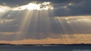 أمام العتمة هناك نور. ضوء قد يرسم معالم الغد. صورة رمزية، الصورة Foto: picture-alliance/Hinrich Bäsemann