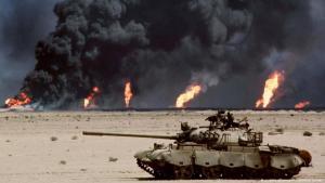 دبابة عراقية وخلفها احتراق آبار النفط الكويتية في حرب الخليج الثانية عام 1991
