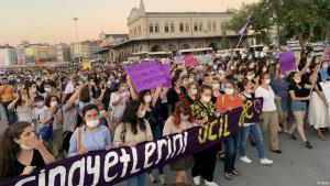 قتل النساء في تركيا;   بالشرطة التركية متهمة باستخدام العنف مع المتظاهرات. من مظاهرة نسائية في اسطنبول بمناسبة يوم المرأة العالمي (أرشيف) عد تزايد جرائم قتلهن... النساء في تركيا: الدولة لا تستطيع حمايتنا Foto: DHA