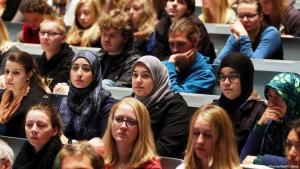 طلاب وطالبات في جامعة ألمانية. صورة رمزية من الأرشيف  Integration (picture-alliance/dpa/O. Berg)