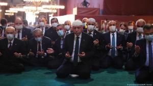 الرئيس التركي رجب طيب إردوغان وكبار الوزراء الأتراك في أول صلاة جمعة في آيا صوفيا بتاريخ 24 / 07 / 2020.  (photo: picture-alliance/AA/M. Kamachi)