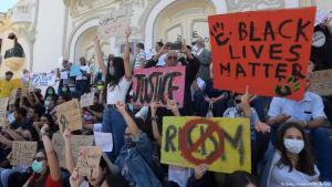 وقفة احتجاجية في تونس ضد العنصرية. الصورة: (Getty Images/AFP/F. Belaid)