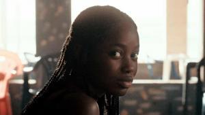 """: صورة من شَريط فِيلم """"أَتلَانتِيكسْ"""" للمُخرِجَة """"ماتِي دِيُوپْ""""، مِن بُطُولَة """"مَامِه بِنِيتَا سَانِه"""" في دَور """"آدَا"""" (الصورة: مِهرَجان كان السِّينِمائِيّ)  photo: Cannes Film Festival)"""