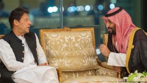رئيس الوزراء الباكستاني عمران خان وولي العهد السعودي محمد بن سلمان. (photo: AFP/Saudi Royal Palace/B. Al-Jaloud)