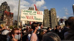 متظاهرون لبنانيون  مقابل موقع الانفجار في مرفأ بيروت تكريما لضحايا الكارثة وللتنديد بالنخبة السياسية التي يلومونها في التسبب بمشاكل لبنان. (photo: picture-alliance/PhotoShot/E. Fitt)