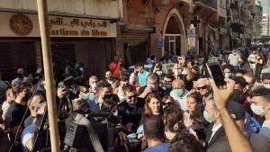 """في حي الجميزة المحطم استقبل حشد من اللبنانيين المطربة ماجدة الرومي والدموع في عينيها وهي تقول إن تضامن الناس يلهمها ويجعلها تنشد: """"إن الثورة تولد من رحم الأحزان"""". Foto Julia Neumann"""