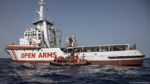 """سفينة الإنقاذ الإسبانية التابعة للمنظمة غير الحكومية """"الأذرع المفتوحة"""" تنقذ مهاجرين غير نظاميين في عرض البحر."""