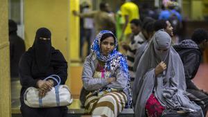 إثيوبيات مطرودات من المملكة العربية السعودية ينتظرن في أديس أبابا في عام 2017 ليتم اصطحابهن من قبل أقربائهن. Foto: Mulugeta Ayene/AP