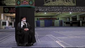 الزعيم الروحي الإيراني علي خامنئي وعلى وجهه قناع واقٍ من كورونا خلال إحياء يوم عاشوراء في شهر محرم في إيران. Foto: khamenei.ir