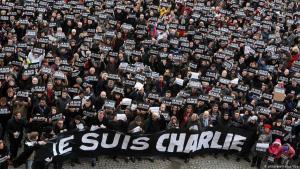 بعد مرور عام على الهجوم على مكتب صحفية شارلي إيبدو في باريس تجمع آلاف الأشخاص لتذكر ضحايا الهجوم في دقيقة صمت. (photo: picture-alliance/dpa)