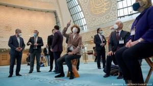 """ألقت جائحة كورونا بظلالها على فعاليات """"يوم المسجد المفتوح"""" في ألمانيا في 2020 فحملت المناسبة السنوية هذا العام عنوان """"الإيمان في أزمنة غير معتادة""""، في إشارة إلى تأثير الجائحة حتى على الدين والعبادات. هنا نرى هنريته ريكر، عمدة مدينة كولونيا تجلس (السبت 3 أكتوبر/ تشرين الأول 2020) مع زوار آخرين في مسجد """"ديتيب"""" الكبير في كولونيا محافظة على قواعد التباعد الاجتماعي والقيود الصحية."""