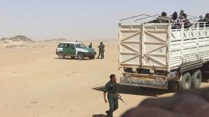 رجال شرطة الجزائريون ينقلون لاجئين إلى الحدود مع النيجر. Foto: dpa
