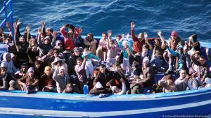 لاجئون في لحظة وصولهم إلى جزيرة لامبيدوزا الإيطالية. Foto: picture-alliance/dpa
