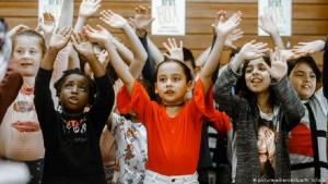 تنوع عِرقي في رياض الأطفال الألمانية. (photo: picture-alliance/dpa/M. Scholz)