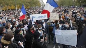 مظاهرة تضامنية مع المعلم الفرنسي القتيل صامويل باتي في باريس – فرنسا. Foto: Michel Euler/AP/picture-alliance