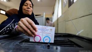 سيدة مصرية تدلي بصوتها في أحد مراكز الاقتراع في مصر (22 نيسان/ أبريل 2019) خلال الاستفتاء على التعديلات الدستورية. (Reuters/M. Abd el Ghany)