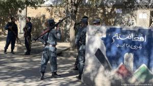 أفغانستان بعد هجمات على مؤسسات تعليمية: الشرطة الأفغانية تؤمِّن الوصول إلى الجامعة في كابول. Foto: Rahmat Gul/Picture Alliance/AP Photo