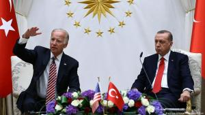 جو بايدن -حين كان نائب الرئيس الأمريكي- مع الرئيس التركي رجب طيب إردوغان يتحدثان إلى وسائل الإعلام بعد اجتماع في أنقرة - تركيا 24 أغسطس / آب 2016 . (photo: picture alliance/AP Images/K. Ozer)