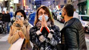 أناس مصدومون في مدينة نيس في فرنسا بعد مسرح آخر هجوم إرهابي إسلاموي. (Foto: NorbertScanella/PanoramiC/imago images)