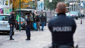 النمسا - فيينا في اليوم التالي للهجوم: بحث على قدم وساق عن مهاجمين محتملين آخرين. (Alex Halada/AFP/Getty Images)