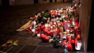 النمسا | بعد الهجوم الإرهابي في فيينا | شموع المواساة في مسرح الجريمة. (Georg Hochmuth/APA/picturedesk.com/picture alliance)