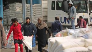 لاجئون فلسطينيون يجمعون طرود مساعدات في مركز توزيع غذاء تابع للأمم المتحدة في خان يونس جنوبي قطاع غزة - يناير / كانون الثاني 2018.  (photo: picture-alliance/Zuma/A. Amra)