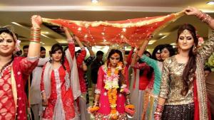 عروسة باكستانية برفقة صديقاتها - 12 فبراير / شباط 2019 - باكستان. photo: Gul1122; source: commons.wikimedia.org: Attribution-ShareAlike 4.0 International (CC BY-SA 4.0