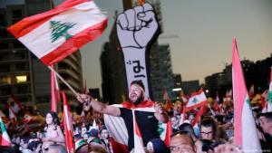 متظاهرون ومتظاهرات في لبنان يطالبون بالغاء النظام الطائفي الفاسد في البلاد بهد انفجار مرفآ بيروت.