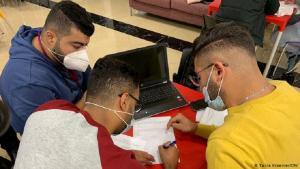 متدربون فلسطينيون على البرمجة لدى شركة أكسوس الألمانية في رام الله في الضفة الغربية الفلسطينية المحتلة. (photo: DW/Tania Kraemer)