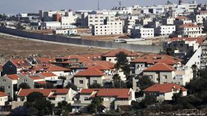 مستوطنة بسغات زئيف الإسرائيلية (في الأمام) ومدينة عناتا الفلسطينية. (Foto: Getty Images/AFP/A. Gharabli)