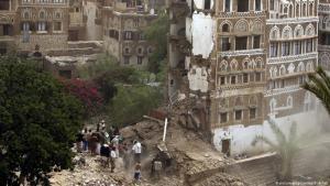 أول ضربة عسكرية للتحالف العربي بقيادة السعودية على مبنى تاريخي في صنعاء القديمة - اليمن - 12 / 06 / 2015. (Foto: epa)