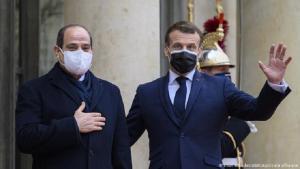الرئيس الفرنسي إيمانويل ماكرون مستقبلا الرئيس المصري عبد الفتاح السيسي أمام قصر الأليزيه في باريس. (photo: picture-alliance/ABACA/Eliot Blandet)