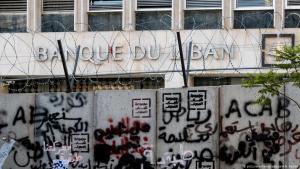 أسلاك شائكة على جدار محيط بالبنك المركزي في بيروت - لبنان. (photo: picture-alliance/abaca/A. A. Rabba)
