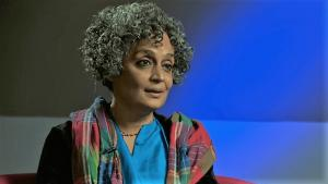 الكاتبة الهندية أرونداتي روي.  (source: YouTube; nationalheraldindia.com)