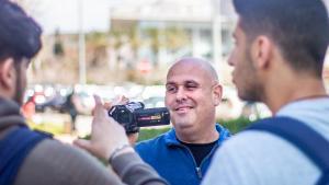 أثناء التصوير: الكندي كوري غيل شوستر مدير برنامج حل النزاعات والوساطة في جامعة تل أبيب – إسرائيل – فلسطين.
