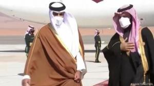 ولي العهد السعودي محمد بن سلمان (يمين) وأمير قطر تميم آل ثاني (يسار) في مطار العُلا في السعودية.  (Foto Saudi TV /Reuters)
