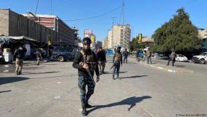 قوات أمن عراقية في موقع الانفجارين الانتحاريين