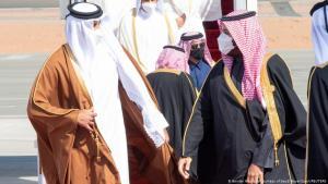 ولي العهد السعودي محمد بن سلمان (يمين) وأمير قطر تميم آل ثاني (يسار) في مطار العُلا في السعودية.